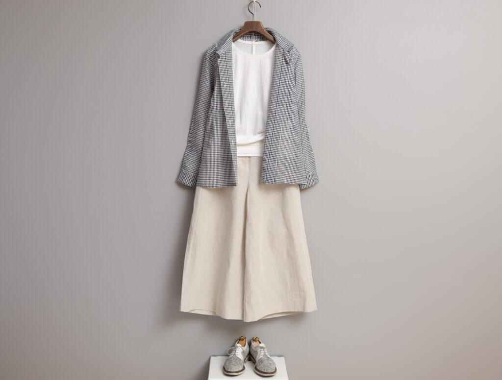 コーディネート写真:白のクルーネックプルオーバーにギンガムシャツを羽織って。ボトムスは生成りのキュロットパンツ。