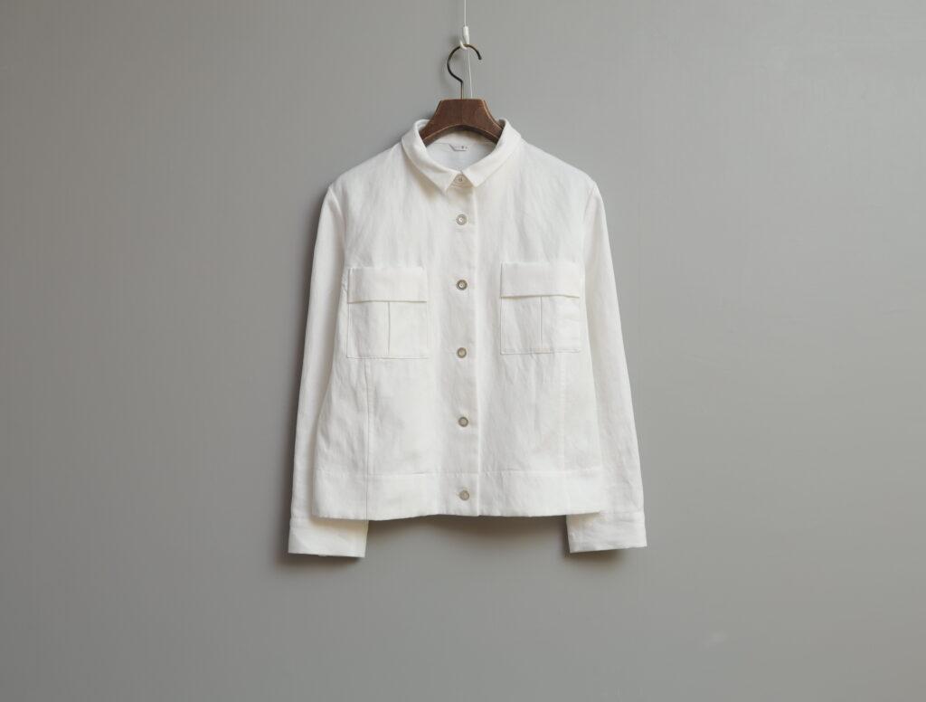 写真:ジャケットのボタンを全て閉じたところ。四角いポケットが両胸についている。