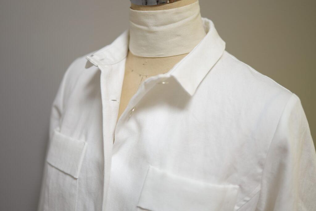 写真:ボタンを2つ開けた襟元