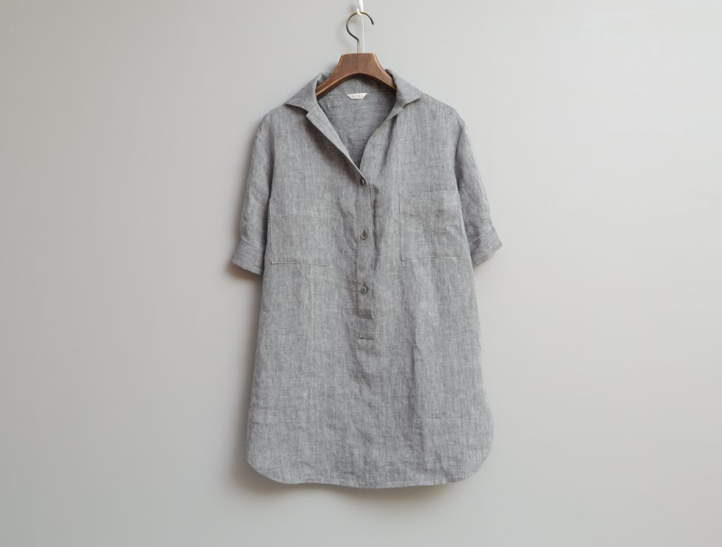 写真:開襟の5分袖シャツ。みぞおち上までボタンで開けられる。
