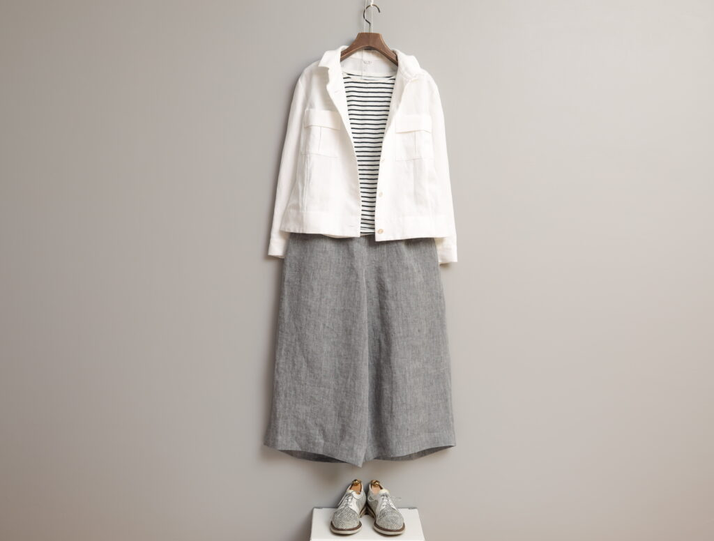 コーディネート写真:白×ネイビーのボーダーカットソーに綿麻ヘリンボンのジャケットと合わせて。