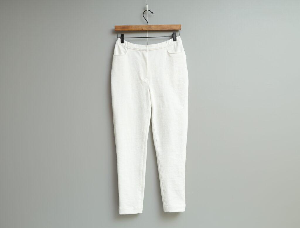 写真:白の細身パンツ