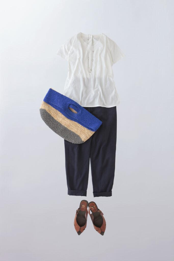 コーディネート写真:白のプルオーバーをネイビーのテーパードパンツと合わせて。ネックレスやバッグ、サンダルと組み合わせ。