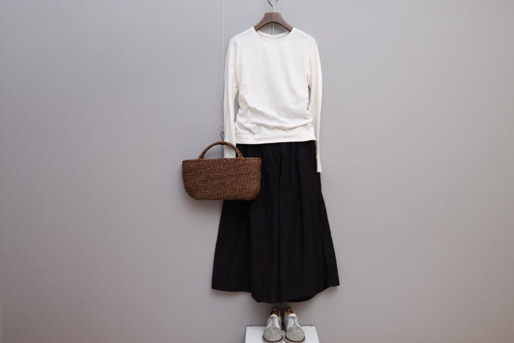 コーディネート写真:白のプルオーバーに黒のワイドパンツを合わせて。