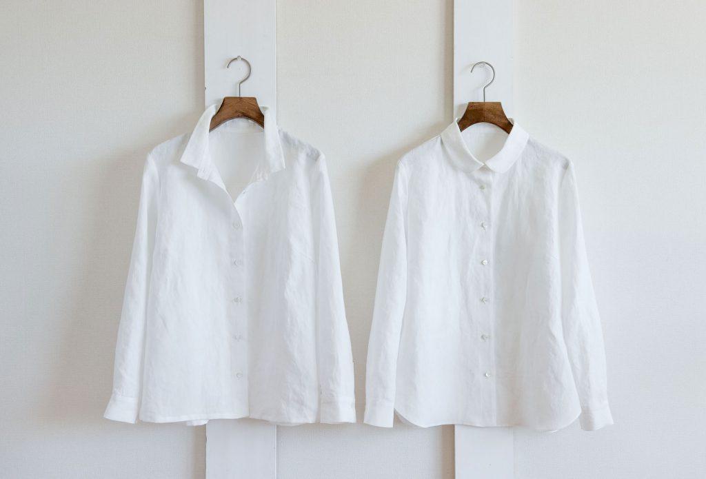 写真:壁に掛かった2種類の白いシャツ。左は角襟の開襟、右は丸襟。
